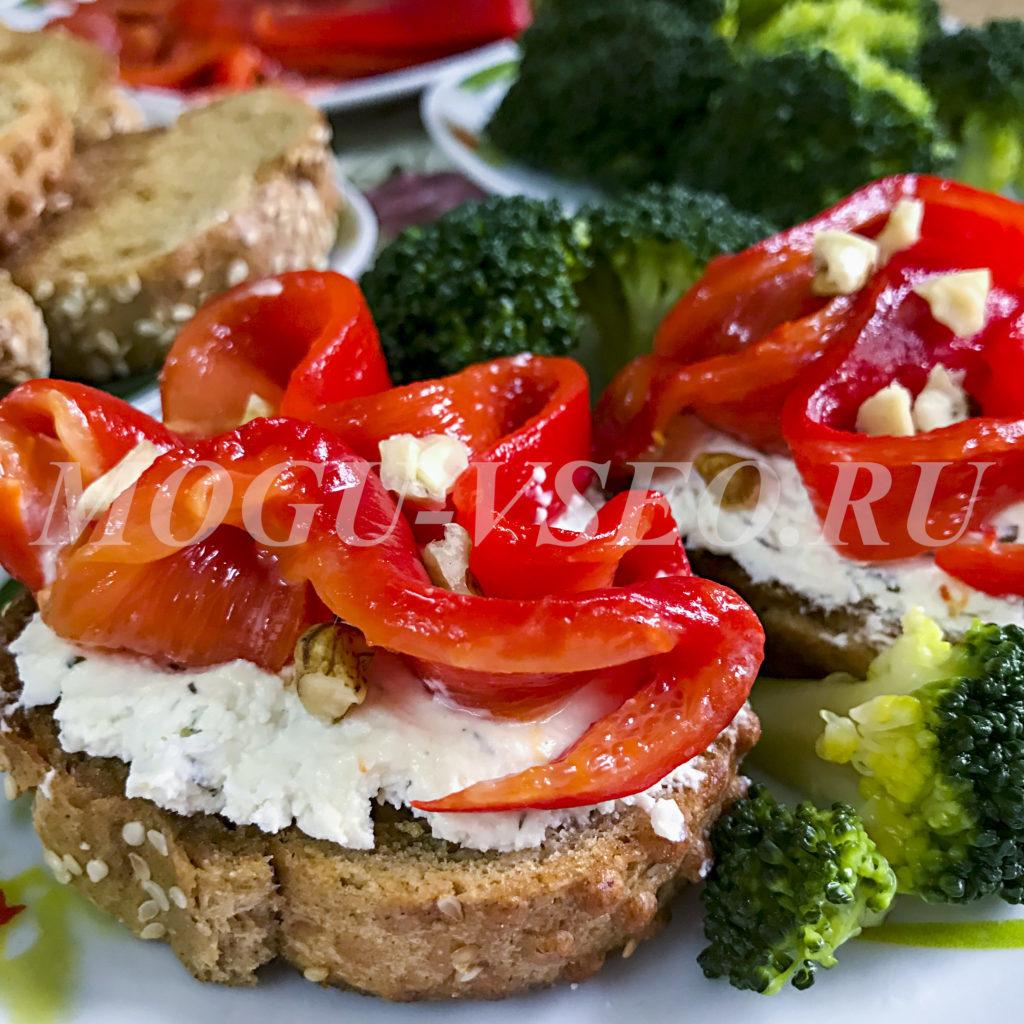 Брускетты с печеным перцем и творожным сыром рецепт фото