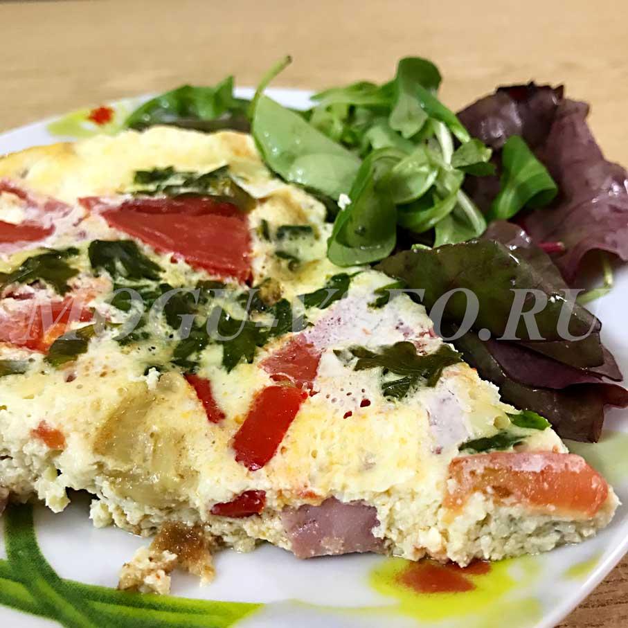 Итальянская фриттата или омлет с овощами и ветчиной фото