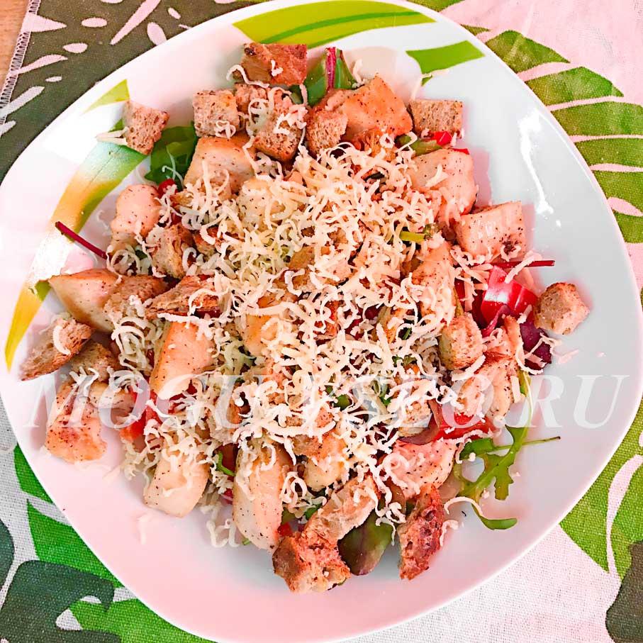 теплый салат с курицей и овощами фото